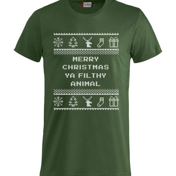 """Grønn t-skjorte med sitat fra Alene Hjemme, """"Merry Christmas ya filthy animal""""."""