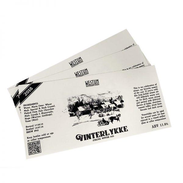 Øletiketter på teksturert, hvitt papir
