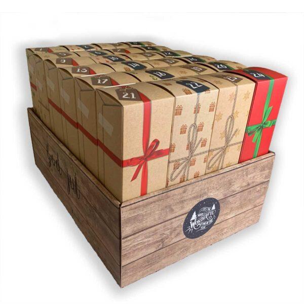 Pakkekalender med 24 individuelle luker som står i en stor eske