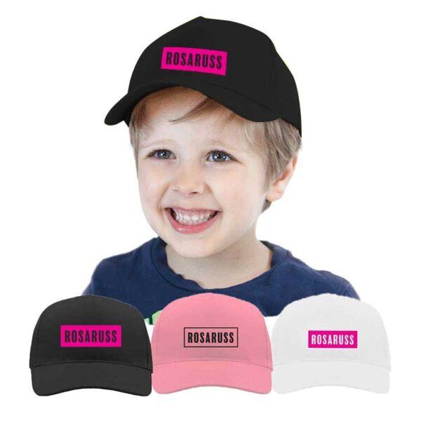Gutt med svart cap med rosa rosaruss-logo, også tilgjengelig i rosa med sort logo og hvit med rosa logo