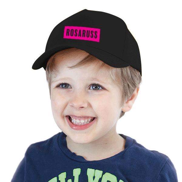 Svart caps på guttemodell med rosaruss-logo