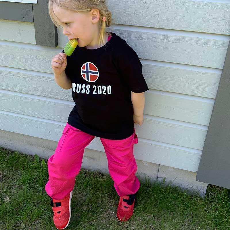 Jente med russebukse spiser is