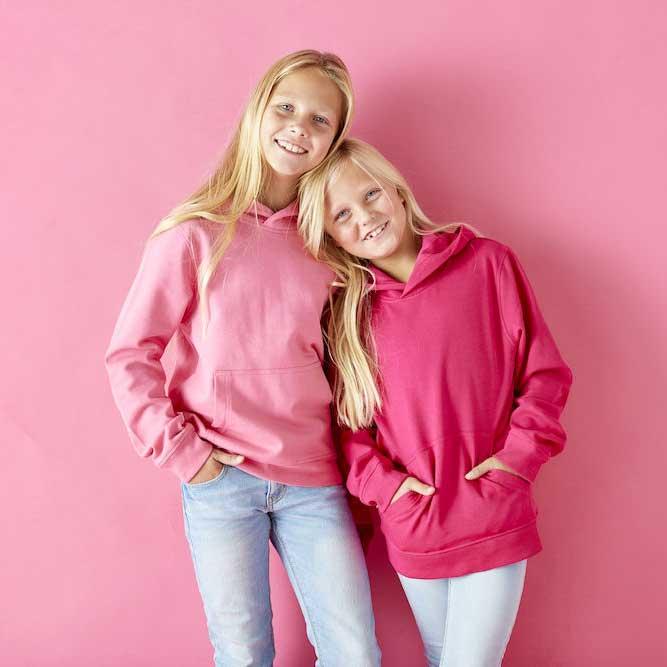 To jenter i rosa hettegensere