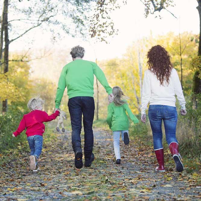 Familie på tur i skogen