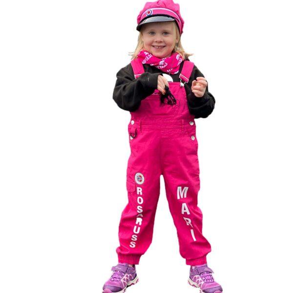 Jente med rosa snekkerbukse, med rosaruss-logo og navnetrykk Mari