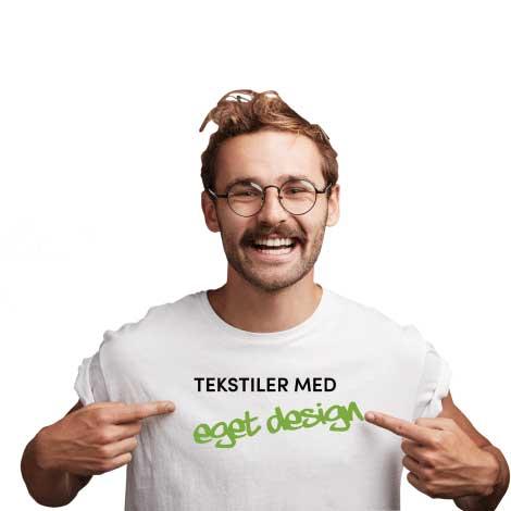 Mann som viser eget trykk på hvit t-skjorte