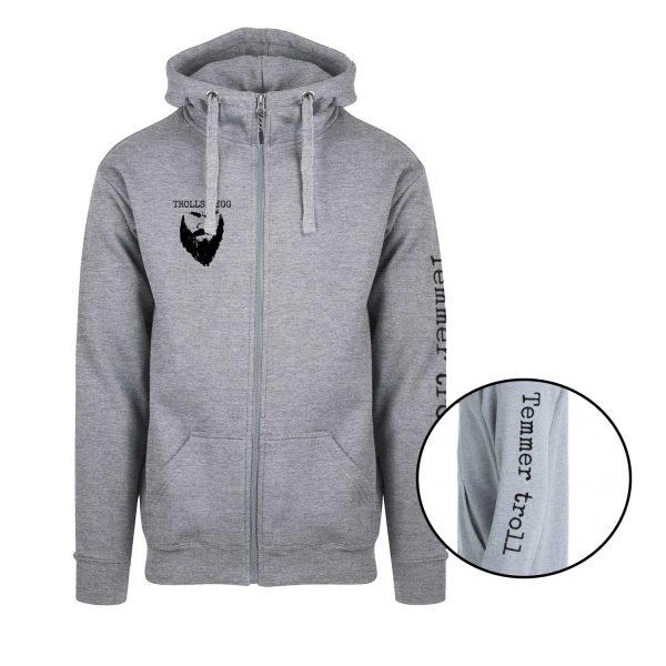 """Grå hettejakke med svart Trollskjegg-logo på ryggen og """"Temmer troll"""" på ermet"""