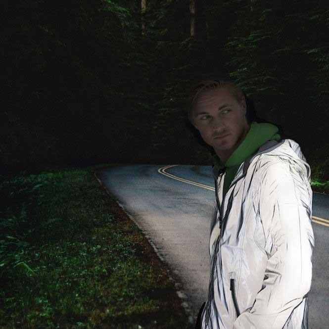 Hardy refleksjakke på modell i mørket